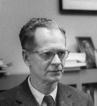 Burrhus Skynner, padre del cognitivismo, in una foto di Harvard negli anni 50'. Egli può essere considerato un esempio di psicologo. Egli infatti non praticava la psicoterapia, ma le sue ricerche sul comportamento e gli schemi mentali hanno influenzato profondamente lo sviluppo della Psicologia.