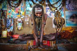 Sadu indiano in meditazione: l'approccio olistico in psicologia ha preso ispirazione anche dalla pratica indiana dello hata yoga e la filosofia dei chakra, provenienti sempre dal sub-continente indiano.