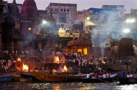 Varanasi, Uttar Pradesh, India del Nord. In questa città, una delle più sacre e famose di tutto il sub-continente indiano, i morti vengono cremati ininterrottamente per tutta la durata del giorno e della notte. Secondo la tradizione induista (e poi anche buddista) l'anima e la materia individuale sono solo una parte del Cosmo, motivo per il quale dopo la cremazione le ceneri vengono disperse sul fiume Gange, sul quale si affaccia la città.
