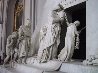 nel monumento funebre a Maria Cristina D'Austria tutto ha un valore simbolico: la donna che porta l'urna cineraria rappresent la Virtù, mentre la donna che porta con sé l'anziano signore rappresenta la Beneficienza.