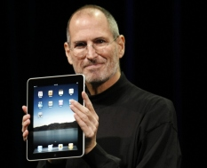 Steve Jobs, 1955-2011. Il cofondatore ed amministratore delegato di Apple Inc. ben rappresenta invece quella parte della società civile che saluta e vede di buon occhio l'ultima rivoluzione tecnologica, capace di dare ad ognuno di noi delle possibilità d'azione non immaginabili fino a qualche decennio fa.